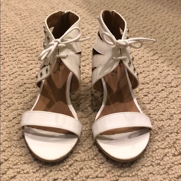 Qupid Shoes - White sandals with a small heel and gold studs